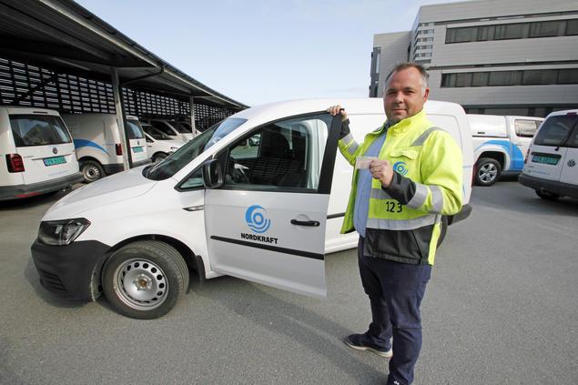 Nordkrafts ansatte stiller med ID, uniformert bil og arbeidsklær med logo når de skal på hjemmebesøk.
