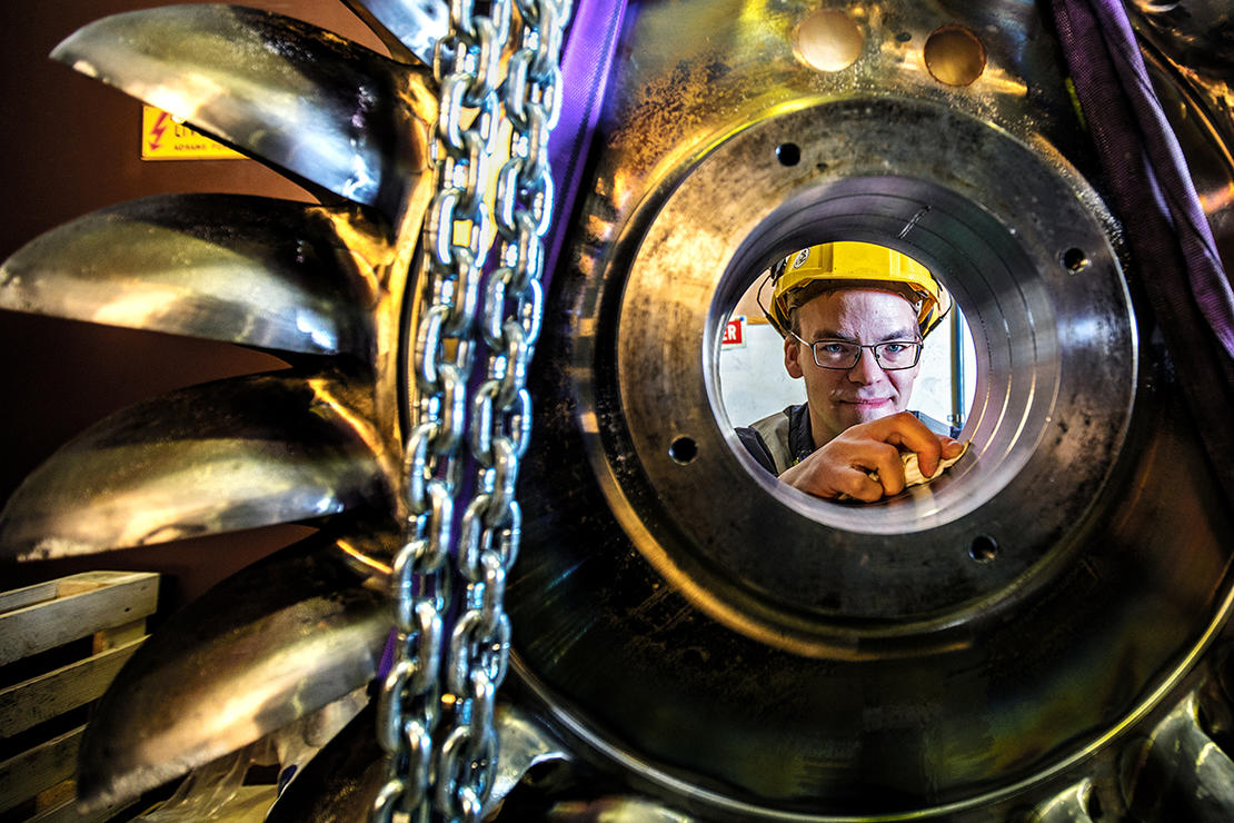 Stasjonsleder Tord Eidstø og fagansvarlig maskin Raymond Kristensen gjør vedlikehold i Taraldsvik kraftverk.