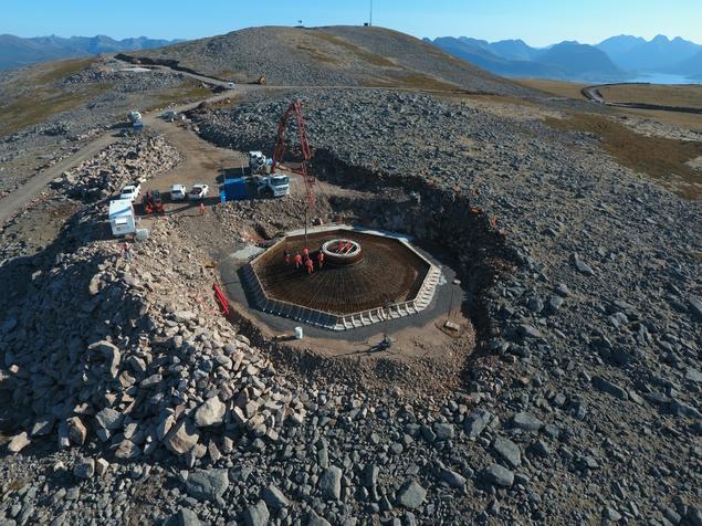 Dronebilde fra toppen av Ånstadblåheia, fundamentet til T11