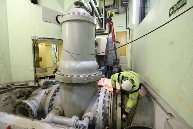 Bytte av ventiler Håkvik kraftverk.