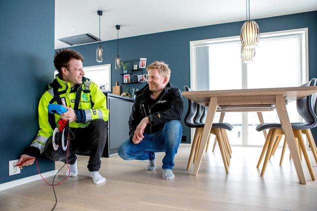 Måler- og tilsynsingeniør Ruben Johansen ute på tilsyn.
